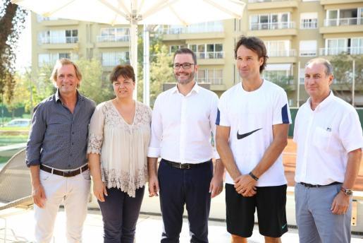 El responsable de la Legends Cup, Mikael Landström, la regidora d'Esports de Cort, Susanna Moll, el alcalde de Palma, José Hila, Carlos Moyà, y el vicepresidente de la Federació de Tennis de les Illes Balears, Tolo Camps, fueron los encargados de presentar la segunda edición de la Legends Cup en las instalaciones del Palma Sport & Tennis Club.