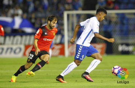 El mallorquinista Edu Campabadal persigue al delantero del Tenerife Choco Lozano.