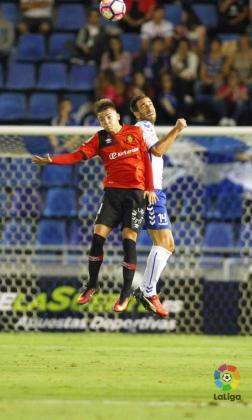 El mallorquinista Brandon Thomas lucha con un rival del Tenerife en el choque disputado en el Heliodoro Rodríguez lópez.