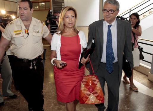 Maria Antònia Munar, en una imagen de archivo acompañada por su abogado, Gabriel Garcias.