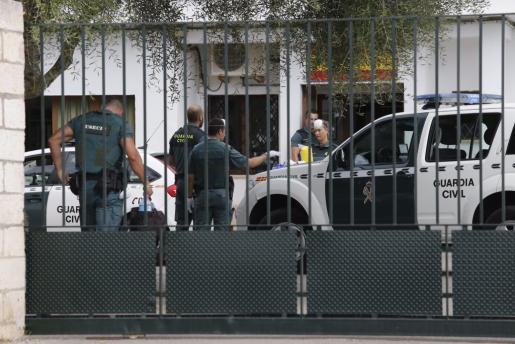 Agentes de la Guardia Civil, en el cuartel de Llucmajor donde se encuentran los inmigrantes detenidos.