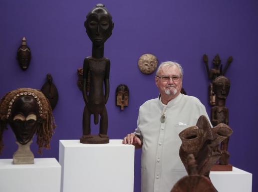 La galería CCA de Andratx, en Mallorca, acoge desde este viernes la exposición «Rencontre fabuleuse», que combina las esculturas fantásticas del príncipe Henrik de Dinamarca (en la imagen), marido de la reina Margarita, con las pinturas de Carl-Henning Pedersen.