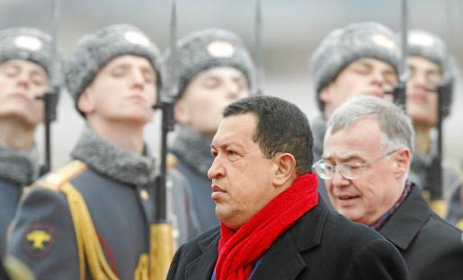 El presidente venezolano pasa revista a su llegada ayer al aeropuerto de Vnukovo, en Moscú.