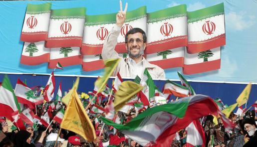 Miles de simpatizantes de Hezbolá aclaman a Ahmadineyad en la ciudad libanesa de Bint Jbeil, reconstruida con dinero iraní.
