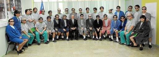 El presidente de Chile Sebastián Piñera posó ayer con los 33 mineros rescatados en el Hospital de Copiapó, al norte del país, tras reunirse con ellos a fin de conocer su estado de salud.