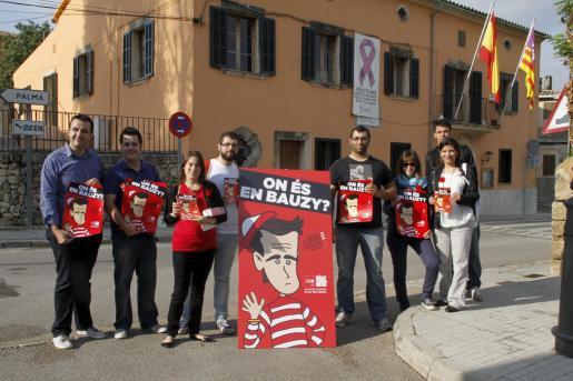 Miembros del PSIB con el cartel de la campaña.