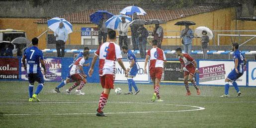 La lluvia obligó a suspender el partido durante una hora.