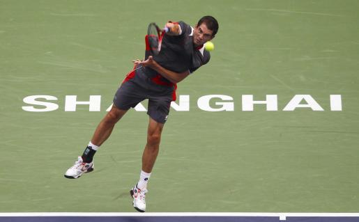 El tenista español Guillermo García López devuelve la bola durante el partido que le enfrentó al serbio Novak Djokovic durante los cuartos de final del Masters 1.000 de Shangai, y que finalmente perdió.