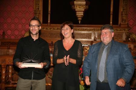 El escritor Carles Sánchez (izq) ha recibido el Premi Mallorca de narrativa de manos de la presidenta del Consell, Francina Armengol, y el conseller insular de Cultura, Joan Font.