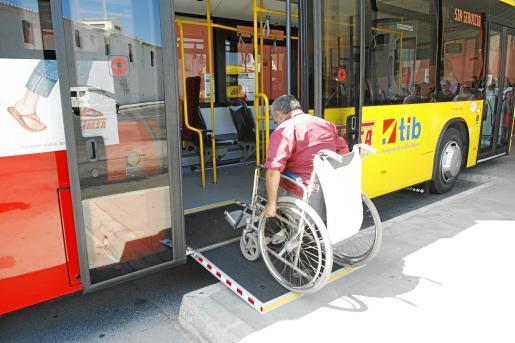 Una persona en silla de ruedas accede a un autobús a través de una rampa.