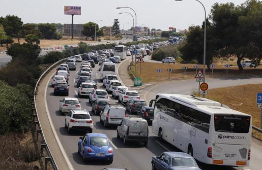 Imagen de un reciente atasco en la autopista del aeropuerto.