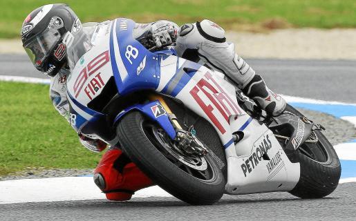 Jorge Lorenzo, durante la sesión celebrada ayer sobre el resbaladizo asfalto.