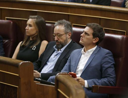 Los diputados de Ciudadanos, Albert Rivera, Juan Carlos Girauta y Melisa Rodríguez, la tarde de este martes durante el pleno del Congreso.