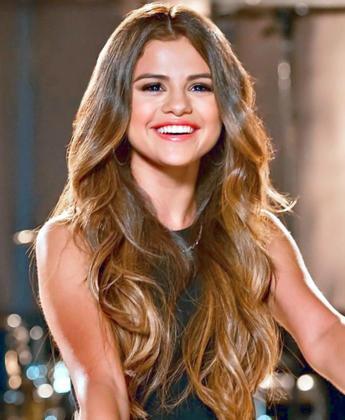 La cantante Selena Gómez se ha convertido en la primera persona en superar los 100 millones de seguidores en Instagram.