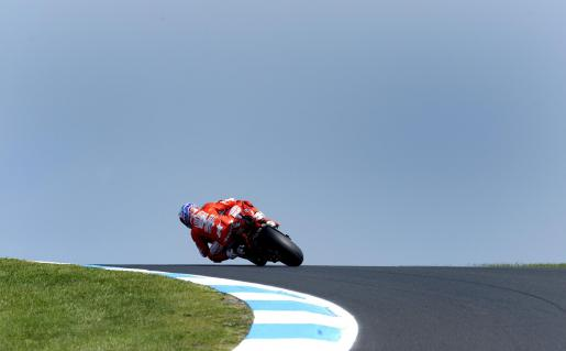 El australiano Casey Stoner del equipo Ducati conduce durante los entrenamientos libres del Gran Premio de Australia en Phillip Island.