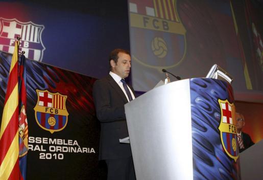 El presidente del FC Barcelona, Sandro Rosell, durante su intervención en la asamblea de compromisarios celebrada en el Palau de Congresos de Catalunya.
