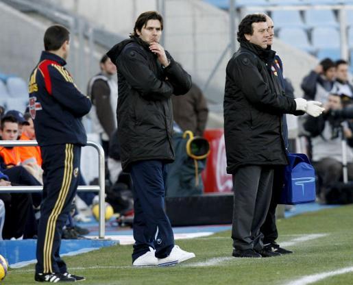 El entrenador del Espanyol, el argentino Mauricio Pochettino (c), contempla el encuentro desde la banda durante el partido correspondiente a la vigésimo segunda jornada de liga en primera división que Getafe y Espanyol disputaron la pasada temporada