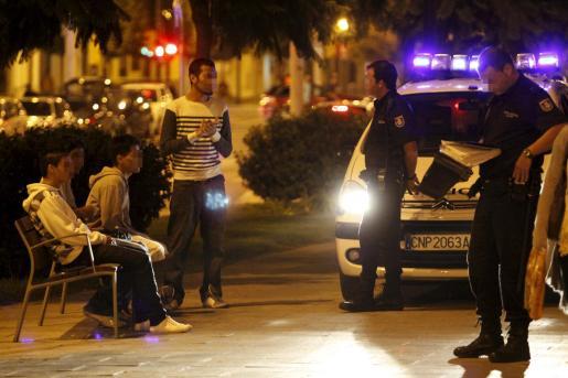 Cuatro jóvenes son identificados por agentes del Cuerpo Nacional de Policía.
