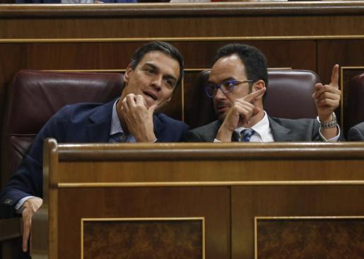 El líder del PSOE, Pedro Sánchez (i), conversa con el portavoz parlamentario de su partido, Antonio Hernando (d); durante un pleno del Congreso.