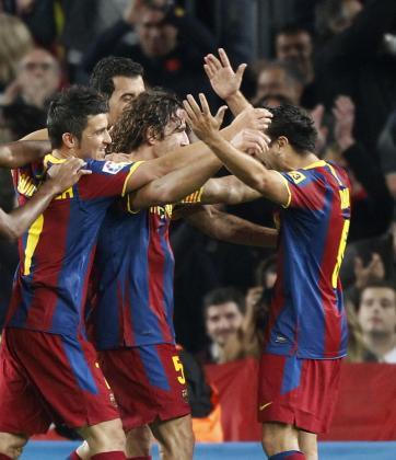 David Villa, Sergio Busquets y Xavi hernández celebran el gol de Carles Puyol.
