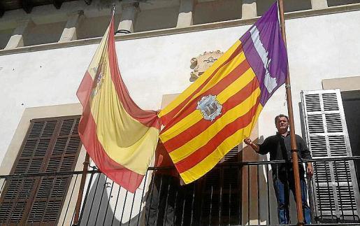 El alcalde de Vilafranca, Monserrat Rosselló, luce orgulloso su bandera junto a la española.