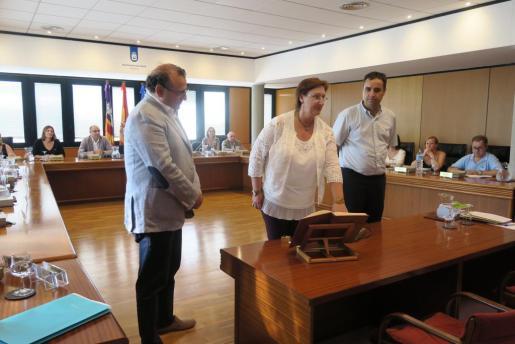 El pleno se inició con la toma de posesión y juramento de la nueva regidora Isabel Manresa.