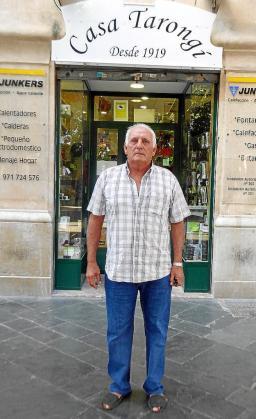 Miquel Tarongí, frente a Casa Tarongí, que este viernes cierra sus puertas tras 97 años de historia.