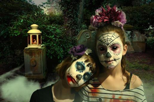 Niñas disfrazadas de calaveras mexicanas.