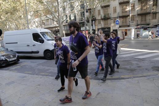 Los acusados, llegando a la Audiencia Provincial de Palma.