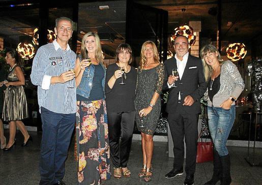 Antoni Torres, Marga Guasp, Antonia Estarellas, Juana María Coll y Pedro Mesquida, vestidos para la ocasión con firmas de Xino's, y Nicole Cercedilla.