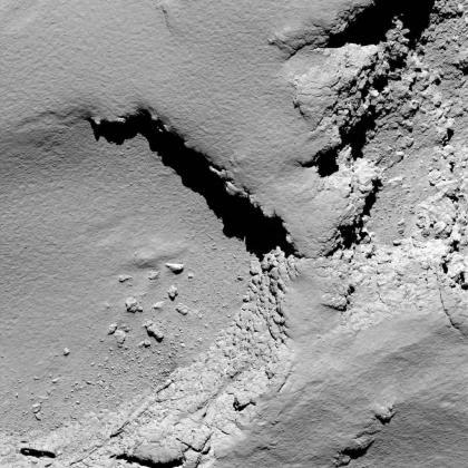 Fotografía cedida por la Agencia Espacial Europea (ESA), que muestra el cometa 67P Churyumov-Gerasimenko a las 08:18 GMT desde una altitud de más o menos 5,8 kilómetros durante el descenso final, captado desde la cámara de la sonda Rosetta.