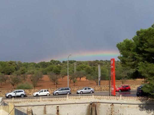 Arco iris en s'Arenal de Llucmajor tras la tormenta de este viernes.