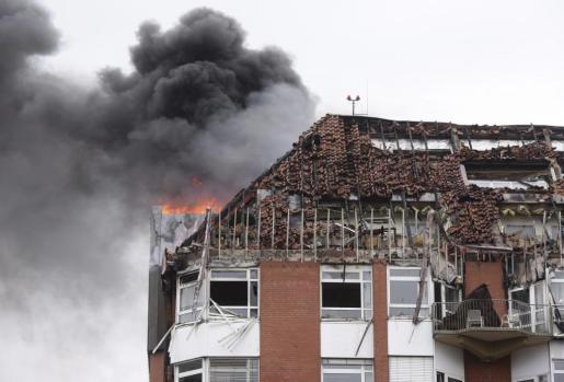 Las llamas devoran una parte del hospital universitario Bergmannsheil en Bochum (oeste de Alemania) este viernes 30 de septiembre de 2016.