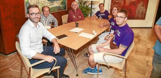 El alcalde José Hila recibió en su despacho a los portavoces de la asamblea.