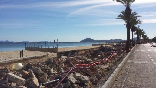 Imagen de las obras de la primera fase de la peatonización de la primera línea del Port de Pollença.