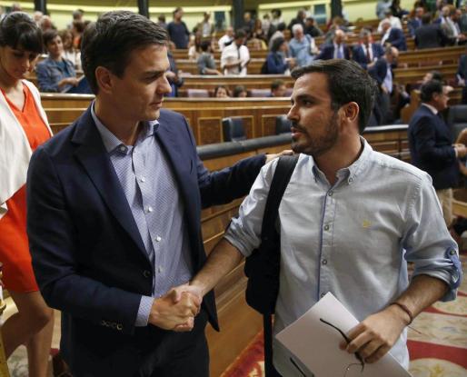 El líder del PSOE, Pedro Sánchez (i), saluda al de IU, Alberto Garzón al finalizar un pleno del Congreso.