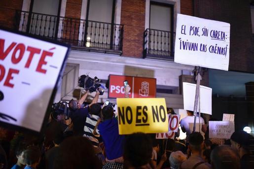 Ambiente en las puertas de la sede del PSOE en la madrileña calle Ferraz.