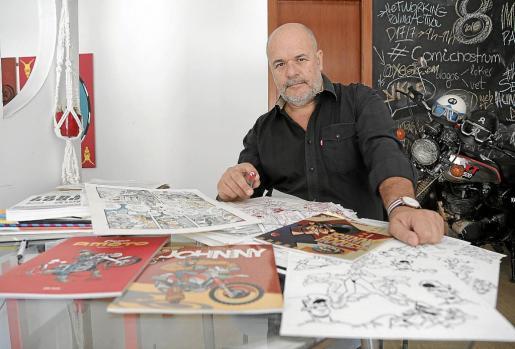 El dibujante e ilustrador Rafel Vaquer, en su estudio.