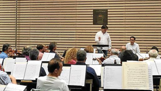 Pablo Mielgo, Juan Diego Flórez y la Simfònica, durante el ensayo de ayer en el Teatro Real.