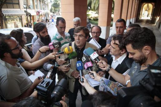 El senador y expresident de Balears Francesc Antich atiende a los medios de comunicación a la entrada del Parlament de Balears.