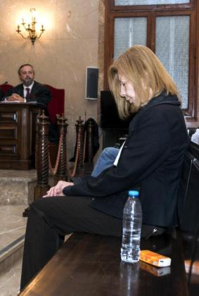 GRA075. PALMA DE MALLORCA, 04/10/2016.- La expresidenta del Consell de Mallorca, del Parlament y de UM, Maria Antònia Munar, encarcelada por dos condenas por corrupción que suman 11,5 años, durante la segunda jornada del juicio ante un jurado popular acusada de exigir y cobrar un soborno de 4 millones de euros a cambio del solar público de Can Domenge. EFE/Cati Cladera JUICIO EN LA AUDIENCIA PROVINCIAL DE BALEARES POR EL CASO CAN DOMENGE