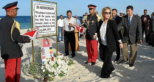 La ministra Salma Elloumi, en el homenaje a los turistas muertos en 2015 en un hotel de RIU en Port El Kantaui.