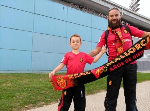 Dani y su hijo Yago en el exterior del campo del Lugo. Recorrieron un total de 1.300 kilómetros.
