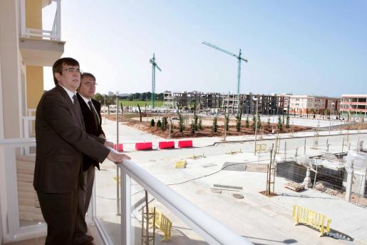 Imagen de archivo del president del Govern y del conseller d'Habitatge en Es Pil.larí.