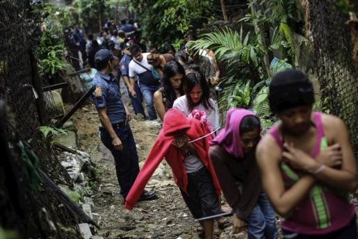 Filipinos acusados de drogadicción son arrestados durante una operación contra las drogas en Payatas, en Quenzon City, al norte de Manila. La guerra contra la droga del país asiático tensa las relaciones con su hasta el momento socio prioritario.