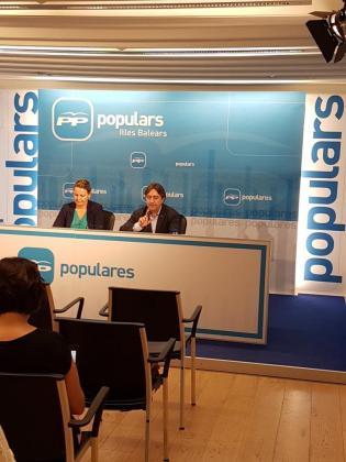 La diputada del PP María Salom y el portavoz del partido en el Consell de Mallorca, Mauricio Rovira, durante una rueda de prensa que han ofrecido la mañana de este miércoles.