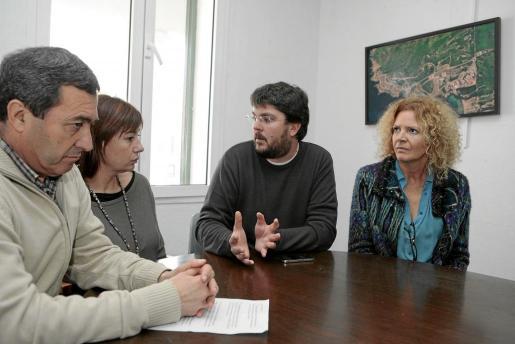Francesc Ametller, alcalde de Es Mercadal; Francina Armengol, Vicenç Tur y Elena Baquero.