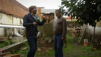 Pepe (derecha) muestra en el programa de la televisión catalana su catamarán cuando aún era un proyecto sin terminar.