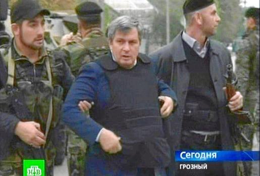 Las fuerzas de seguridad evacuan a uno de los parlamentarios retenidos por los guerrilleros.
