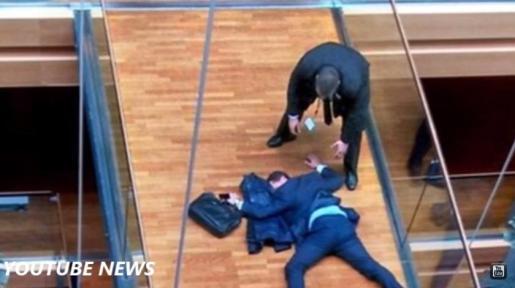 El eurodiputado británico Steven Woolfe, del UKIP, en el suelo del Parlamento en Estrasburgo. Woolfe se encuentra en estado crítico tras recibir, supuestamente, un peñetazo de un compañero de partido.